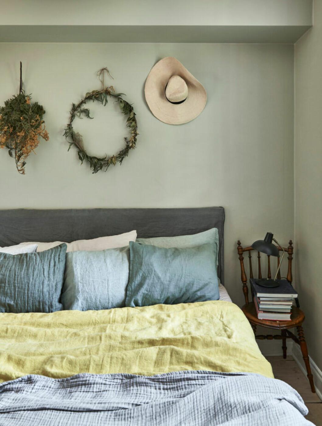 Gråblåa toner i sovrummet hemma hos Sofia Wood