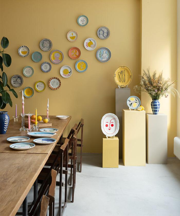 solgult och porslin på väggen