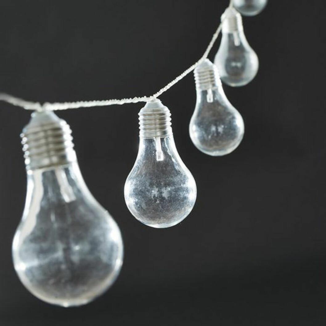 ljusslinga med stora lampor