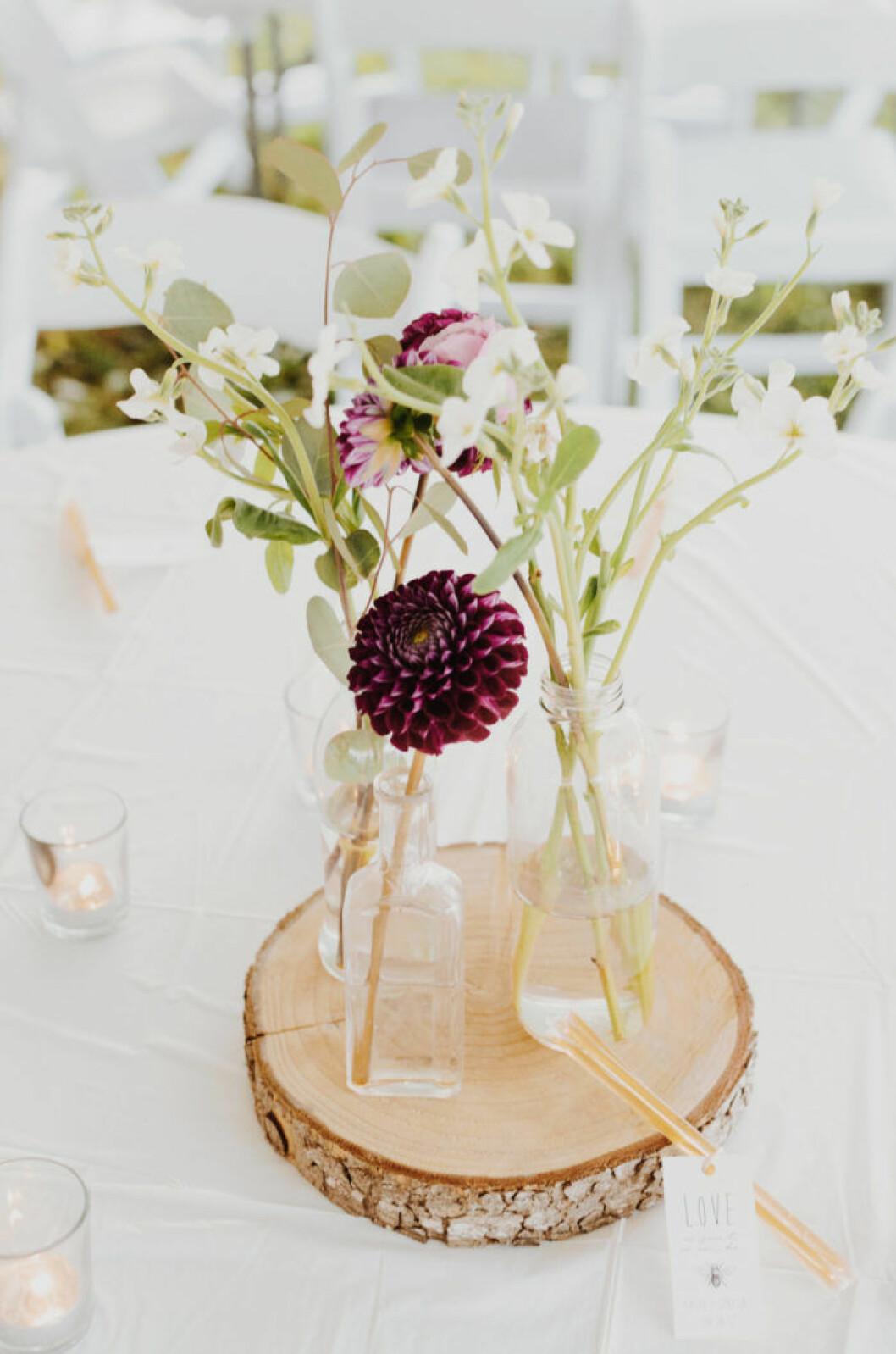Ett minimalistiskt blomsterarrangemang är en fin detalj till sommarens fester