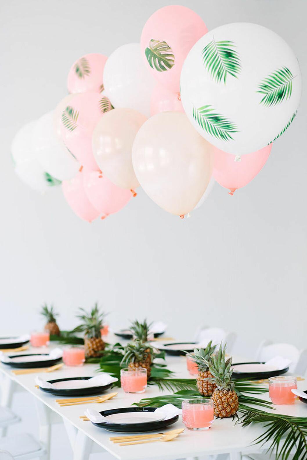 Dekorera med tropiska detaljer som palmblad och ananas på sommarens fester