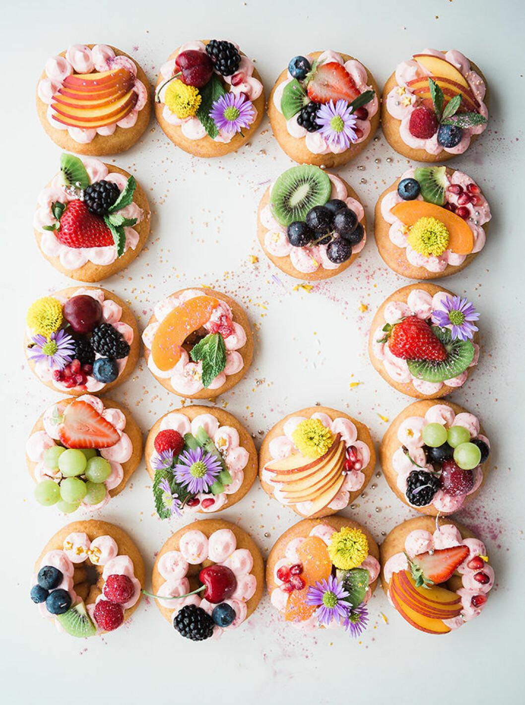 Dekorera maten och drycken med ätbara blommor på sommarens fester
