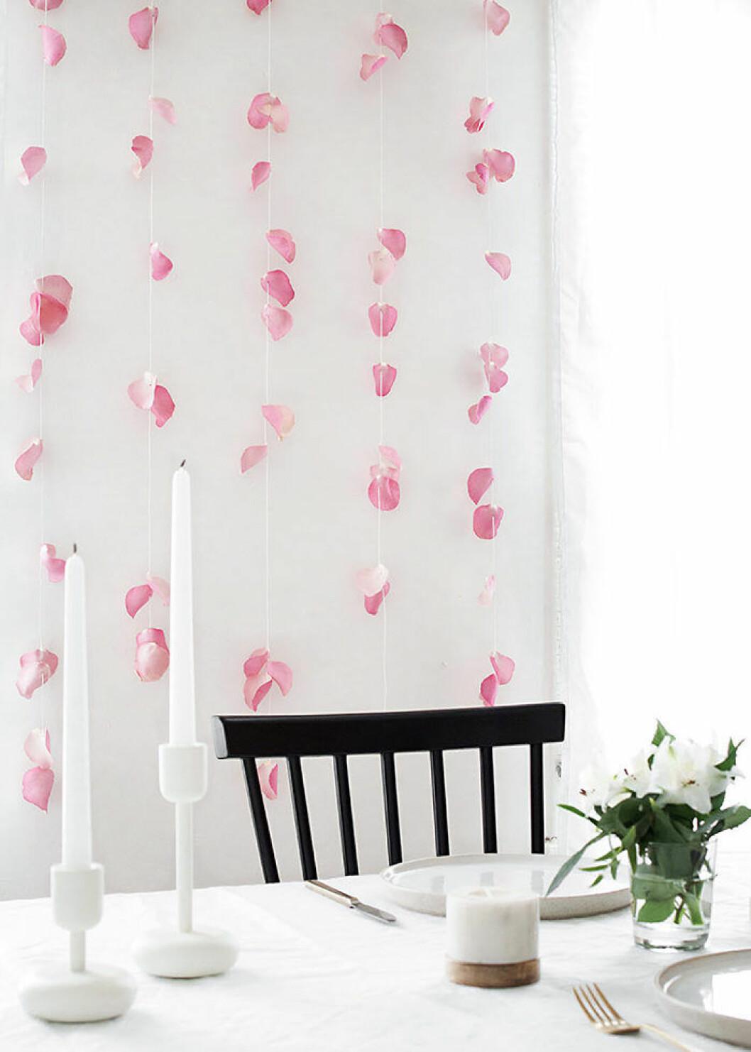 Dekorera med en blomstervägg på festen – här en med rosenblad