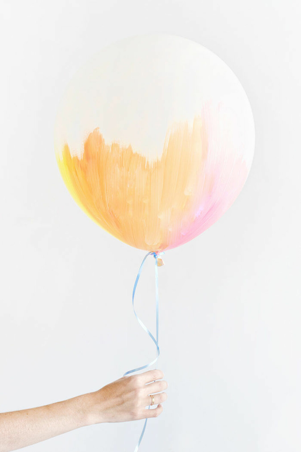 Måla ballongerna med pastellfärger – en somrig detalj till festen