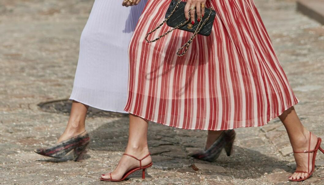 röda remsandaletter från modeveckans streetstyle.