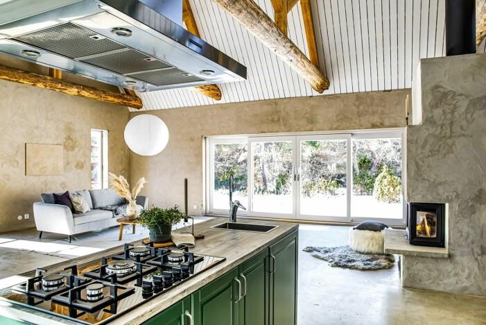 Sommarhus på Gotland med mörkgrönt kök