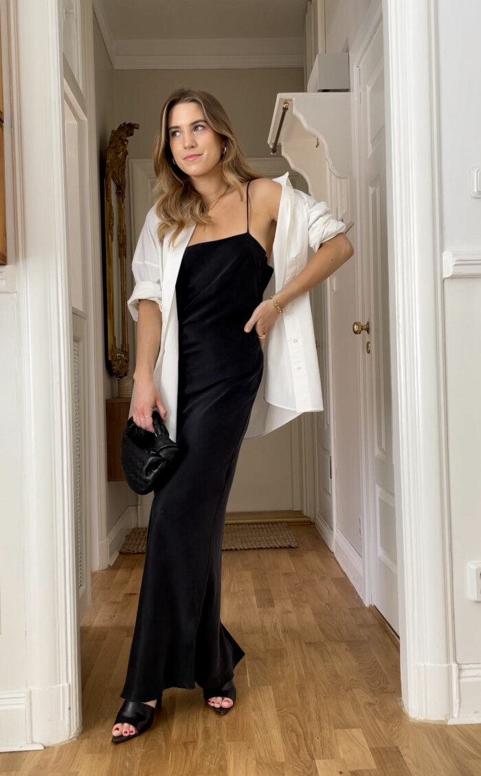 Look från ELLE stylar vita sommarskjortan. Svart långklänning, klackskor och skjorta.