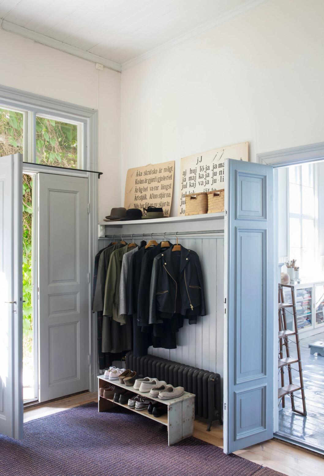 Hallen hos glaskonstnären Gunnel Sahlin, med kläder, skor och accessoarer välplacerade
