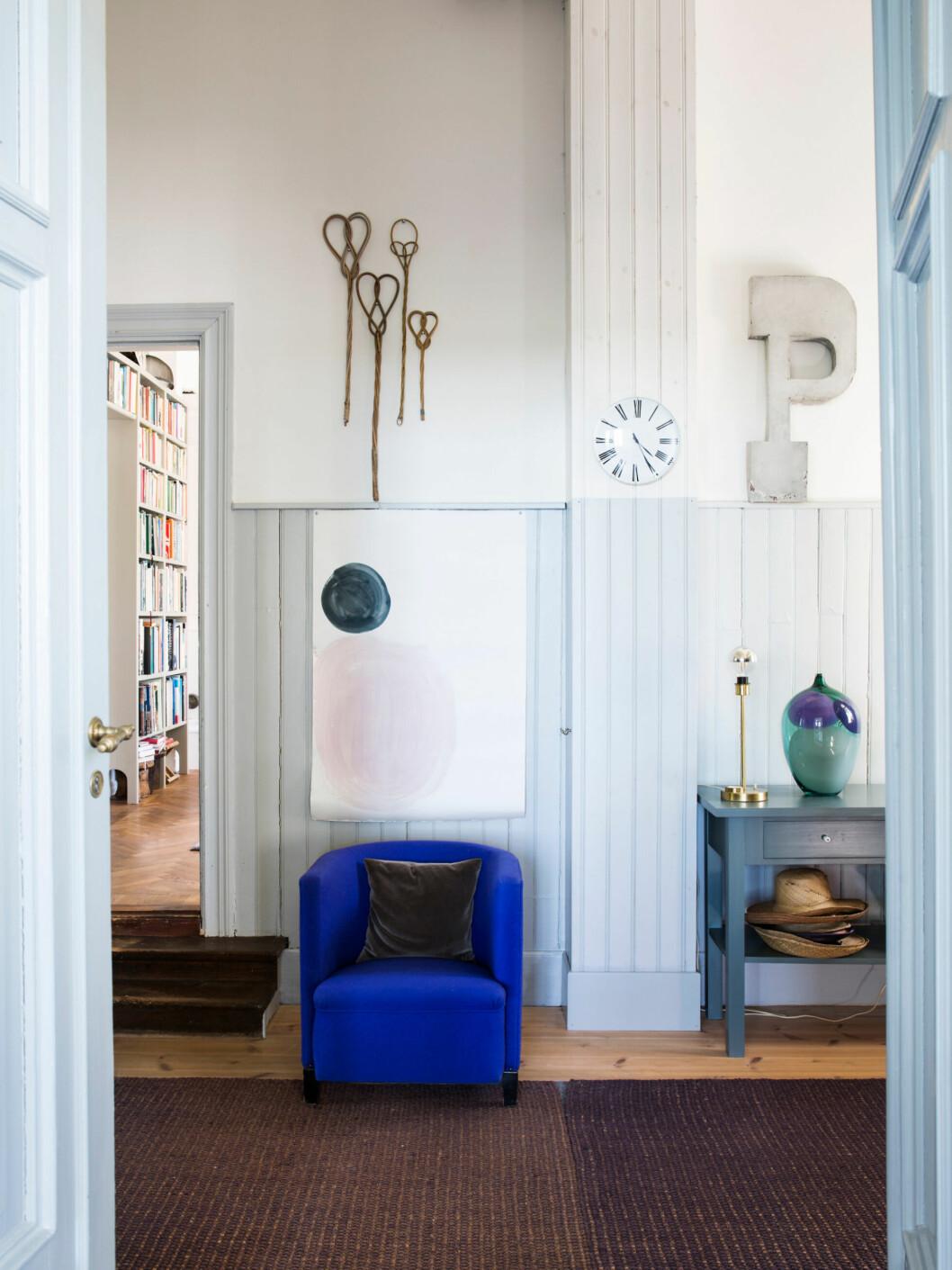 Koboltblå fåtölj, unika inredningsdetaljer och ljusa kulörer hemma hos glaskonstnären Gunnel Sahlin
