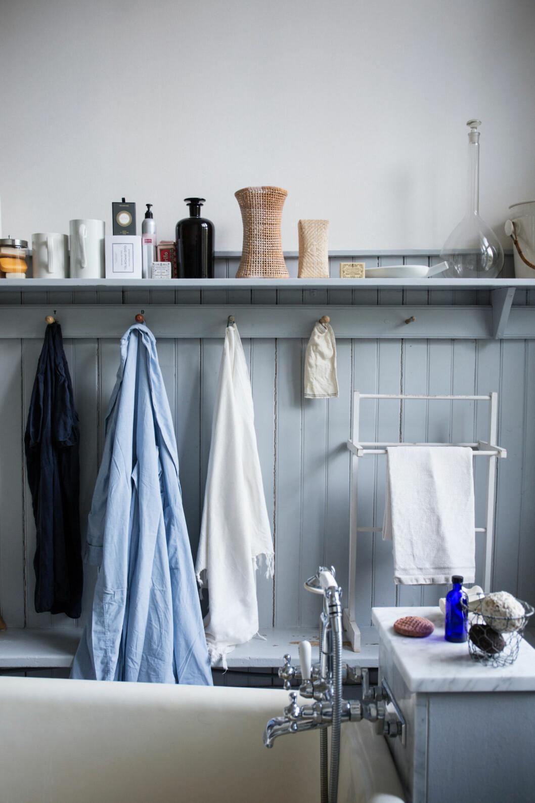 Detaljer i badrummet hos glaskonstnären Gunnel Sahlin som även de går i ljusblåa toner