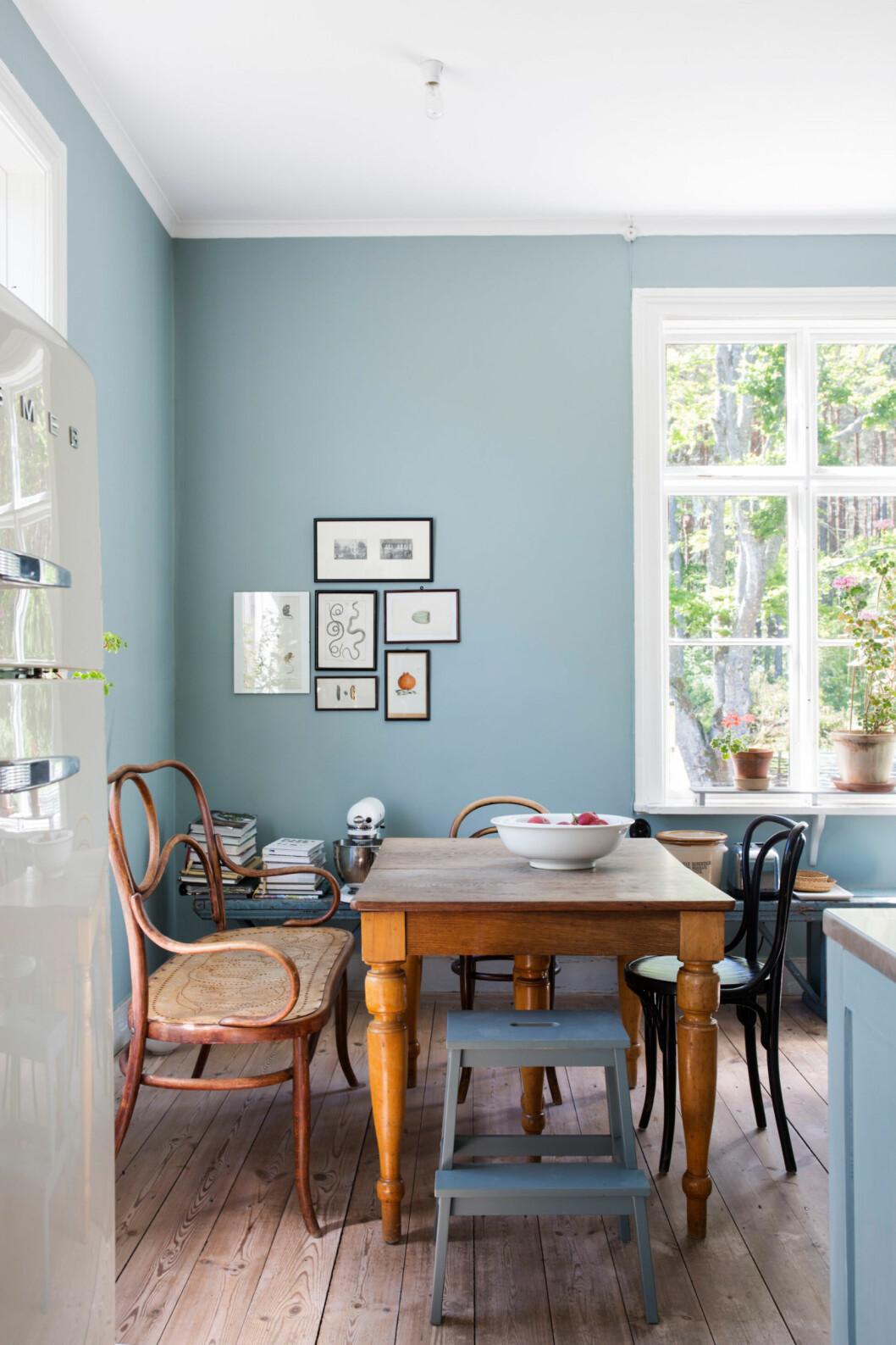 Ljusblåa väggar i kök och kring matplatsen hemma hos glaskonstnären Gunnel Sahlin