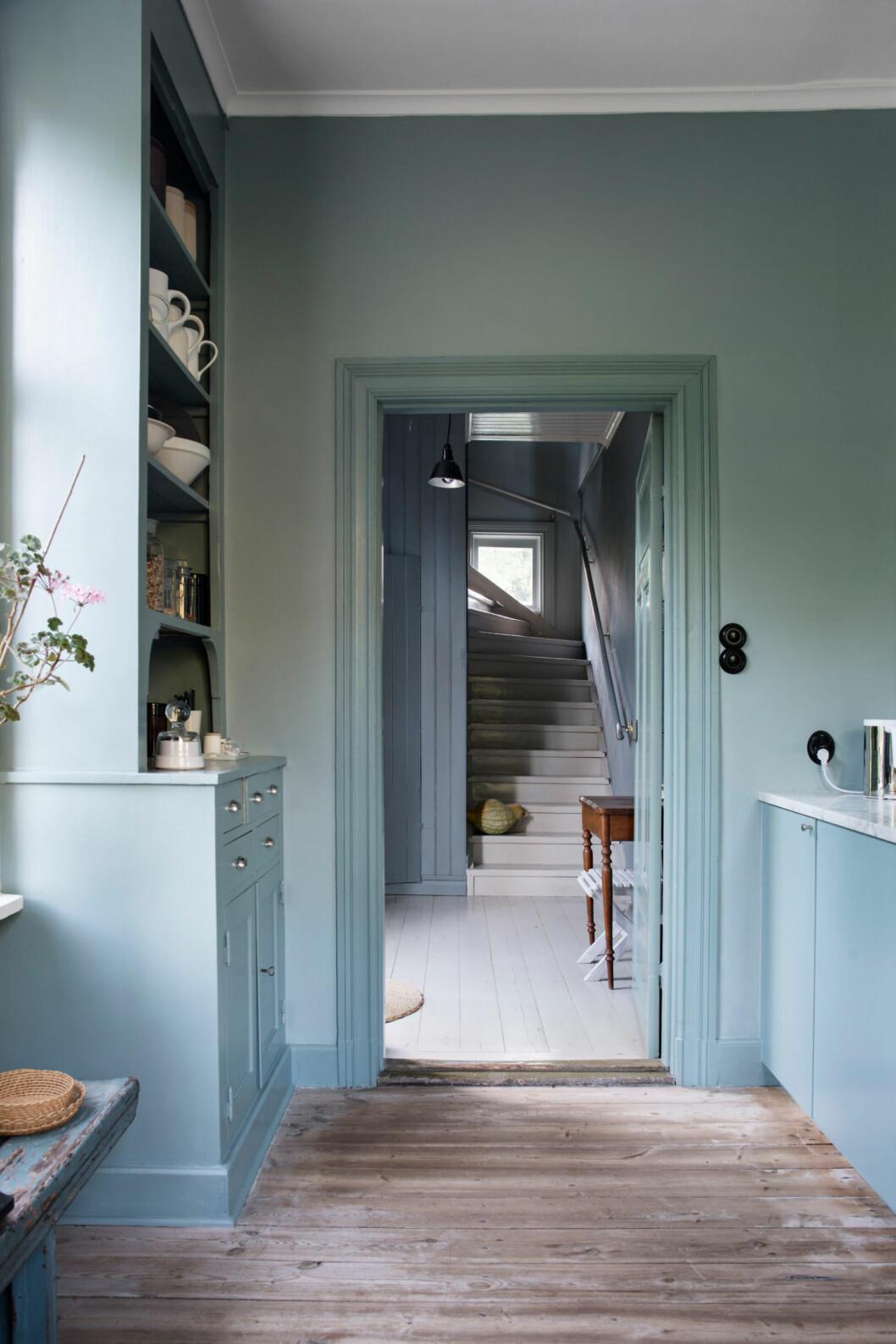 Blåa toner syns i hela hemmet hos glaskonstnären Gunnel Sahlin