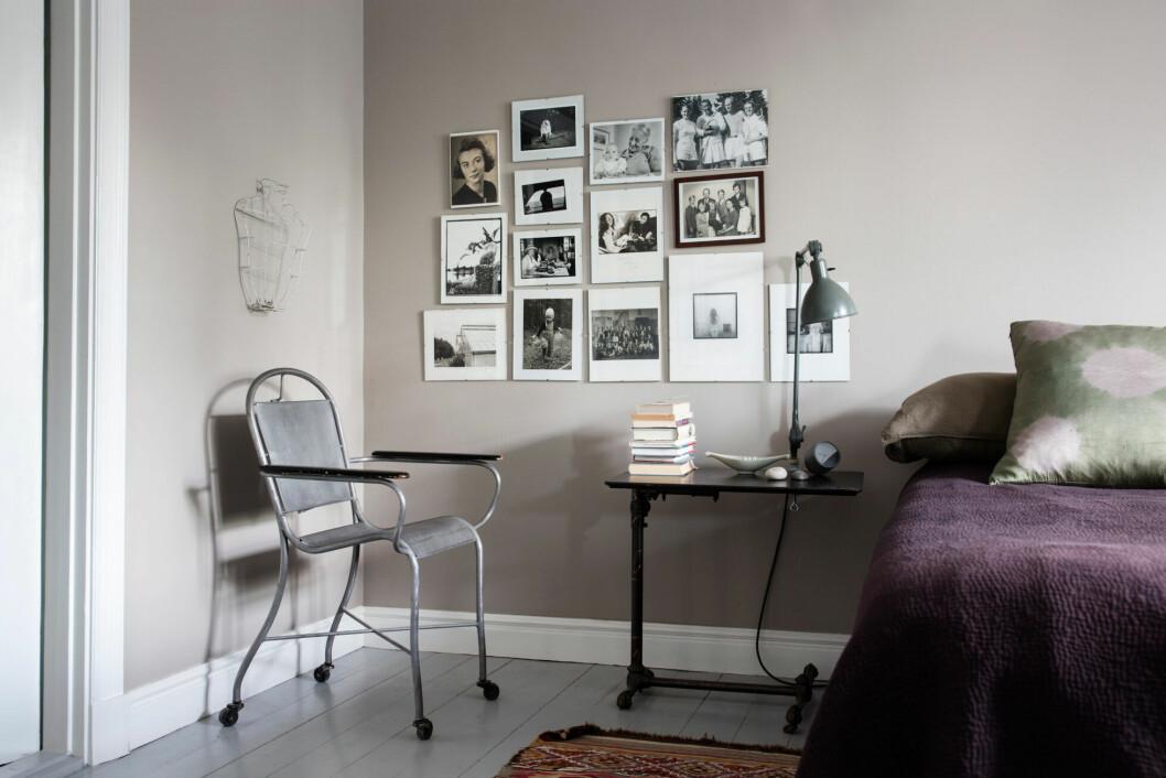 Sovrummet med fin tavelvägg fylld av familjebilder och minnen