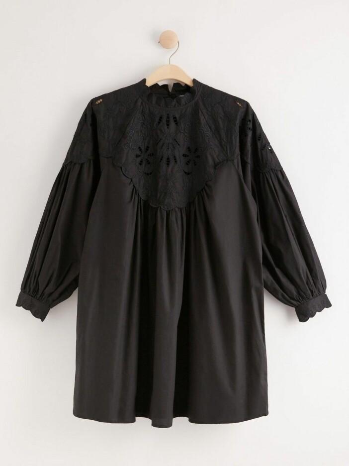 Söt klänning med broderi från Lindex