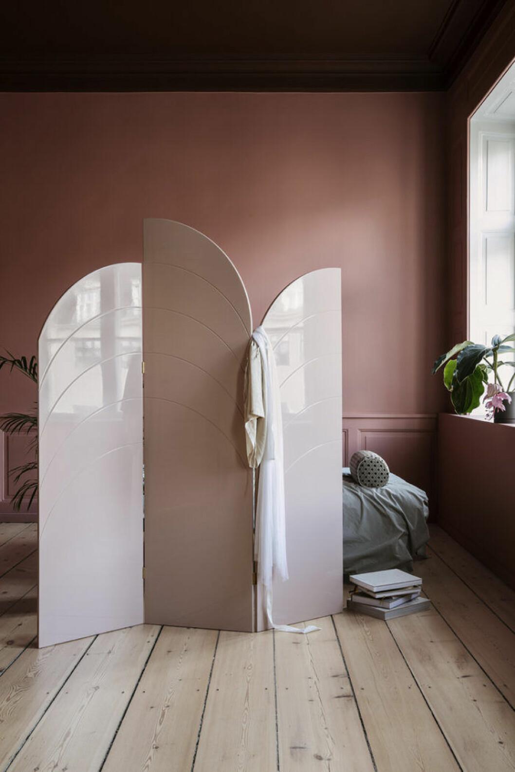 Skapa ett sovrum mitt i rummet med en vikvägg