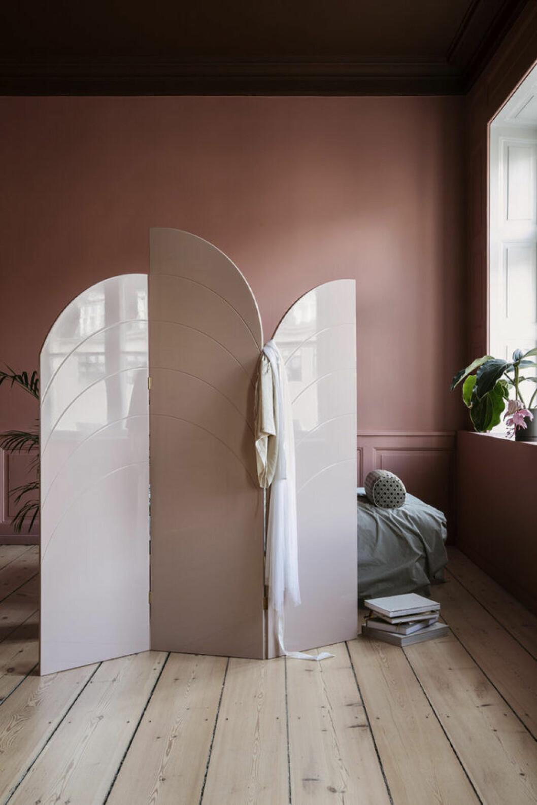 Rum med rosa skärmvägg