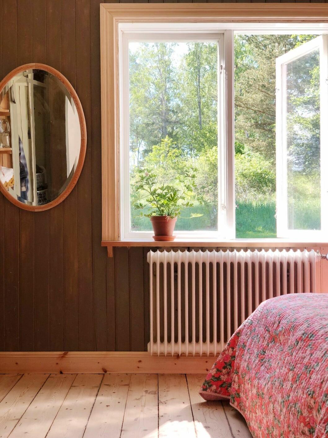 Sovrum med utsikt mot naturen