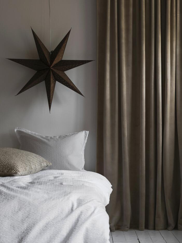 Sovrum med brun adventsstjärna