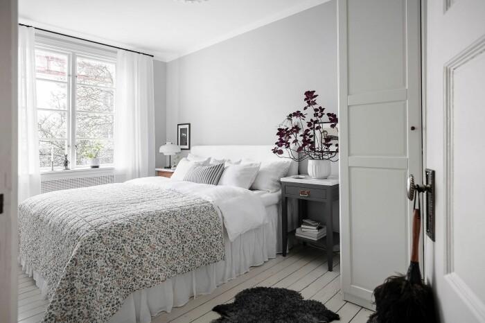 sovrum med lila palettblad