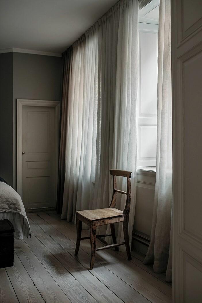 sovrum med vackra gardiner