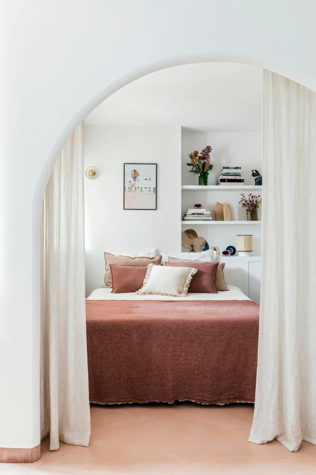 Sovrum i Paris hos inredningsarkitekten Rebecca Benichous