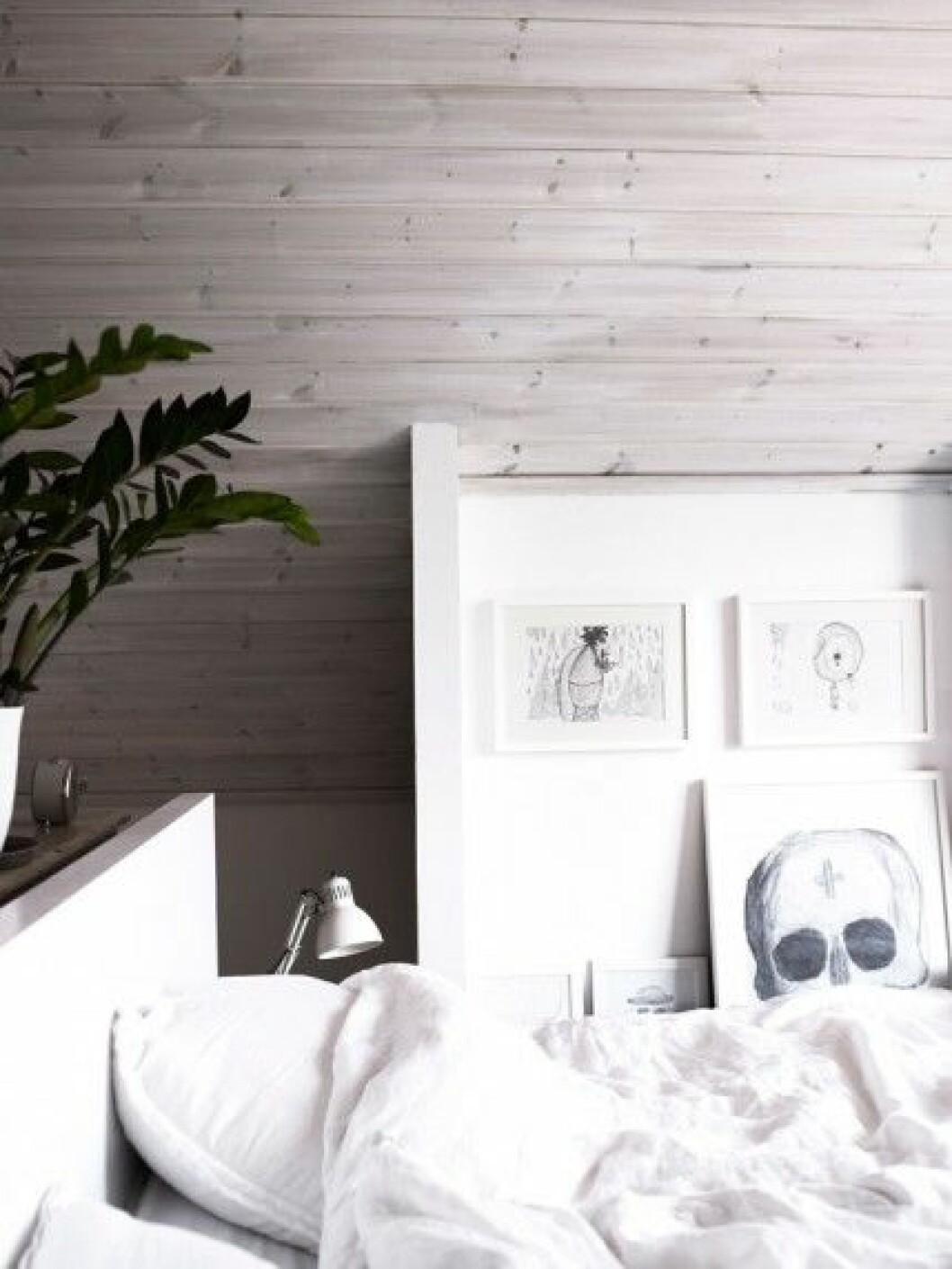 sovrum-svart-vitt-grått-tavelvagg-inspiration-foto-anna-kern