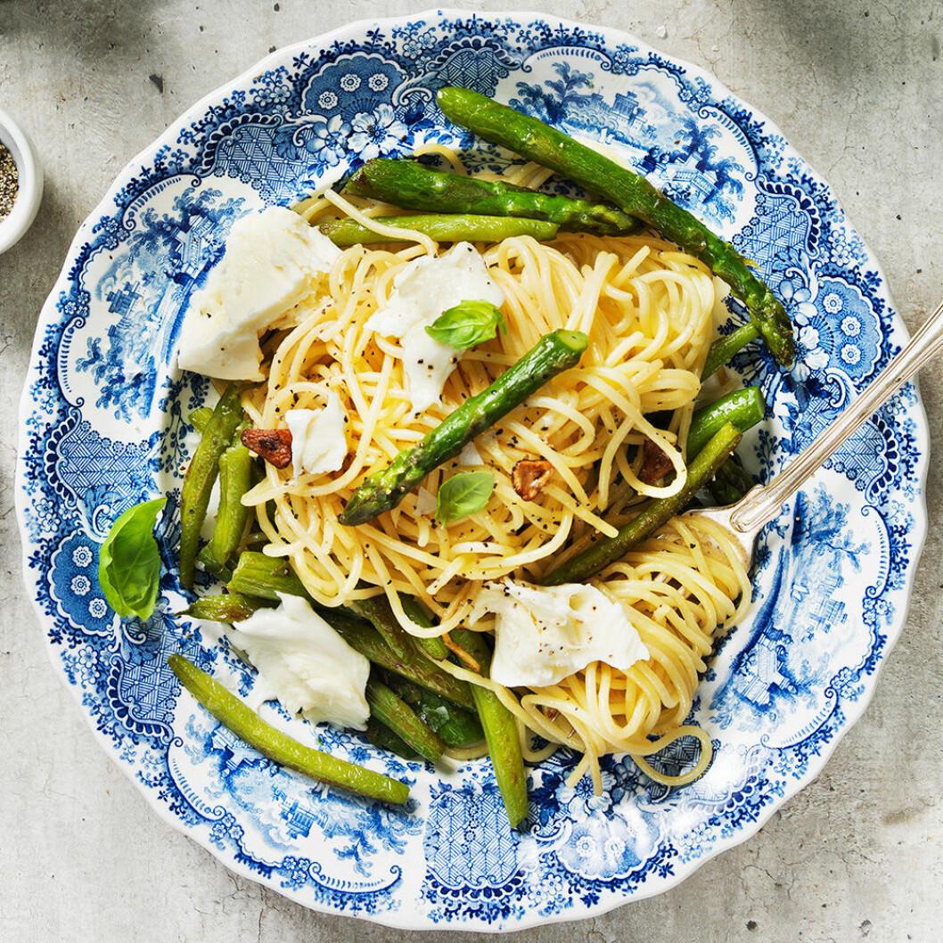 Spagetti med sparris och mozzarella.