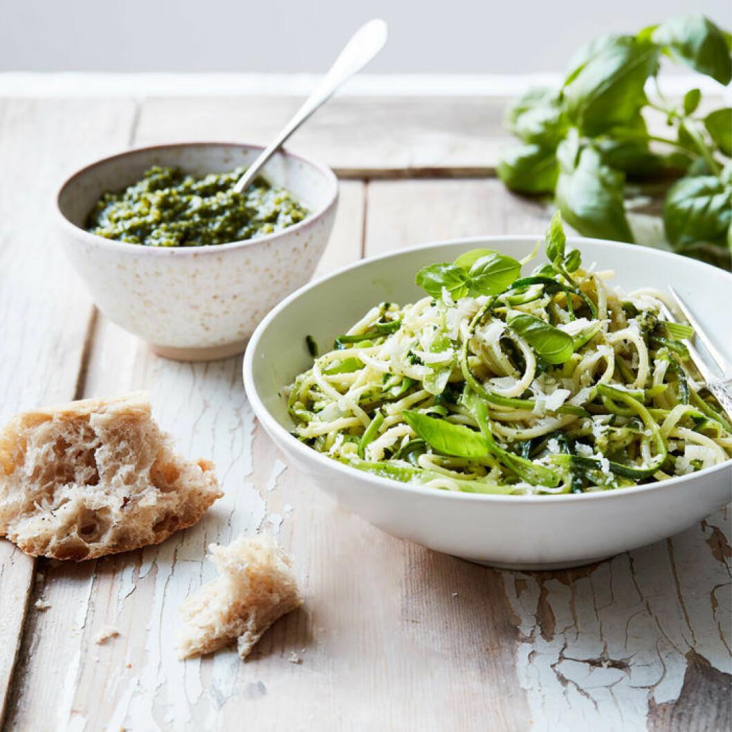 Spagetti med zucchini, salladslök och pesto.