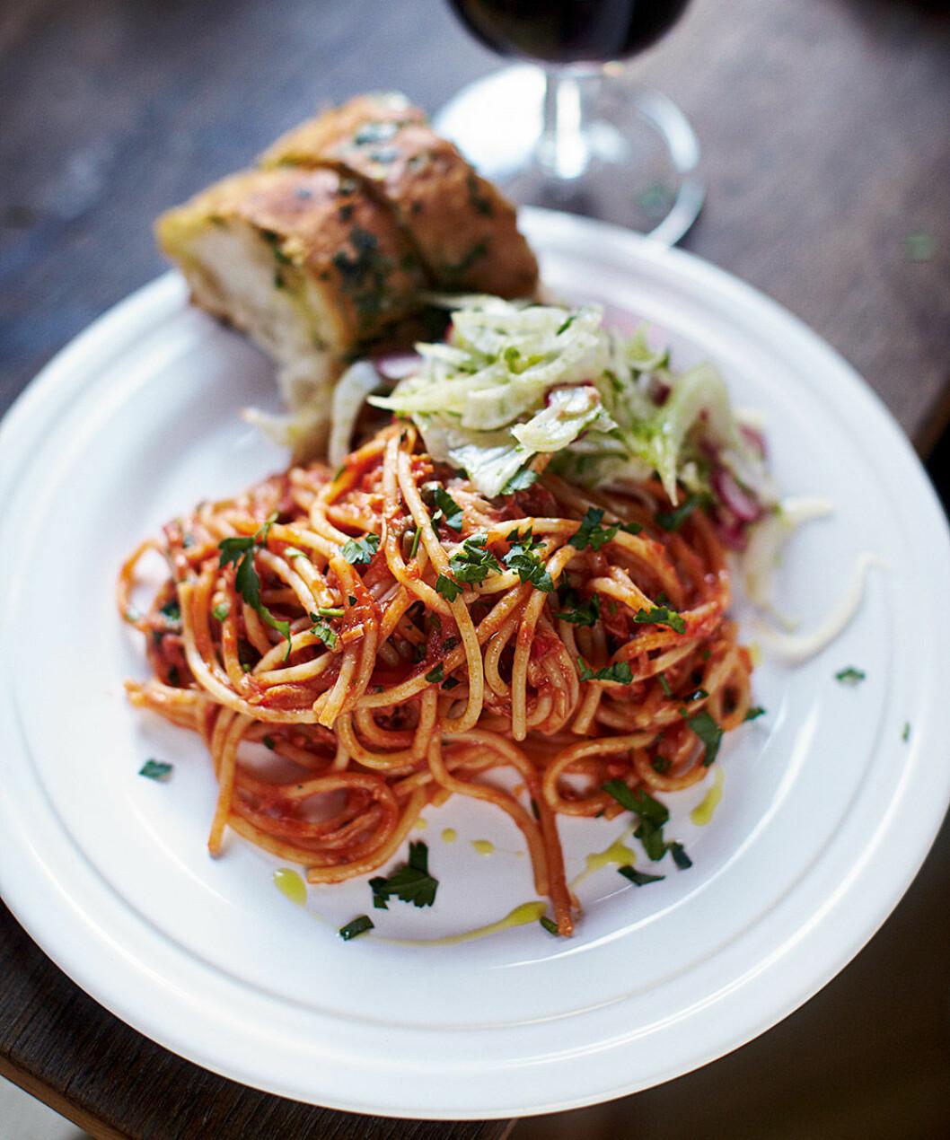 Spaghetti alla puttanesca med tonfisk.