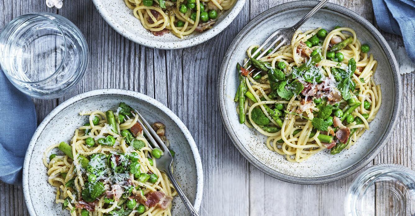 Recept på spaghetti carbonara med sparris, ärter och mynta