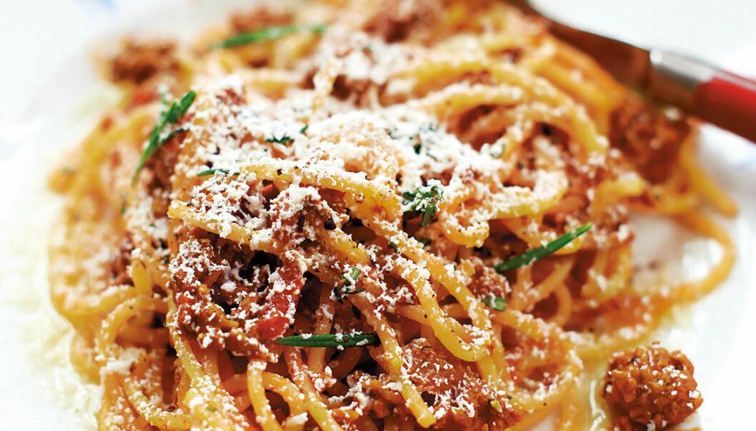 Spaghetti med lammbolognese och riven getost.