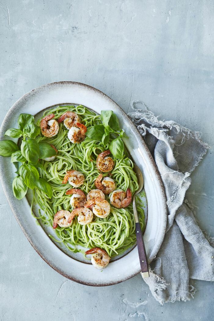 Så gör du spaghetti med räkor och avokadokräm