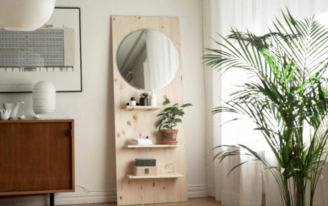Gör en egen hylla med en spegel.