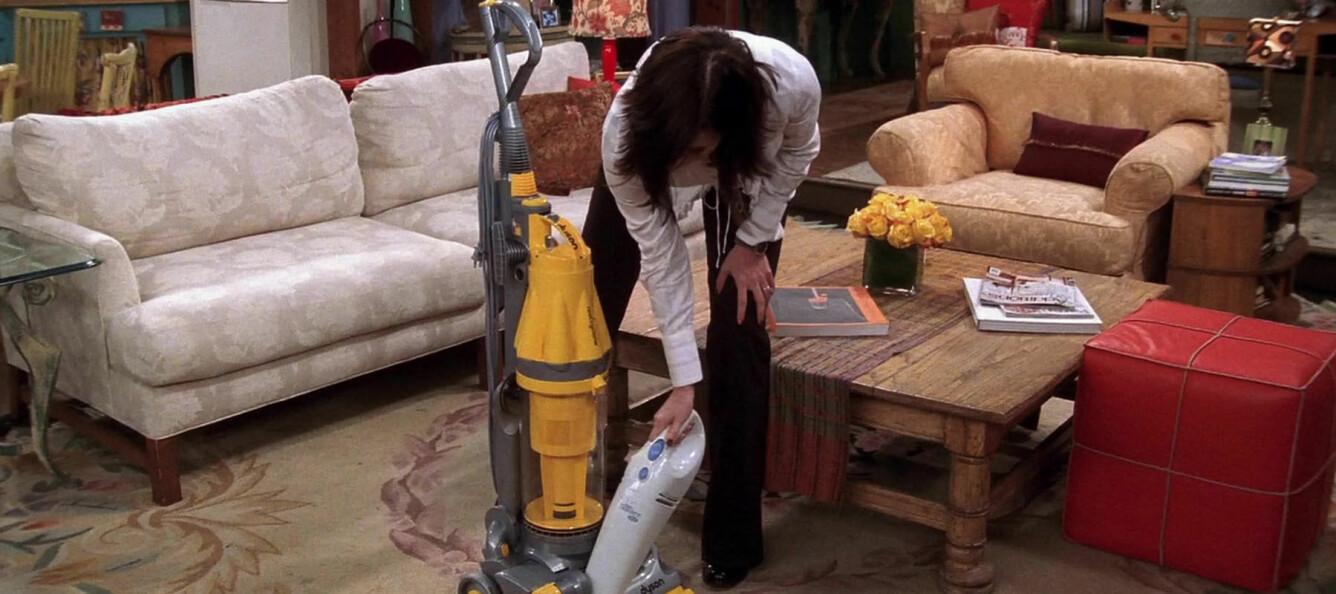 Monica i Friends älskar att städa. Här gör hon rent sin dammsugare.