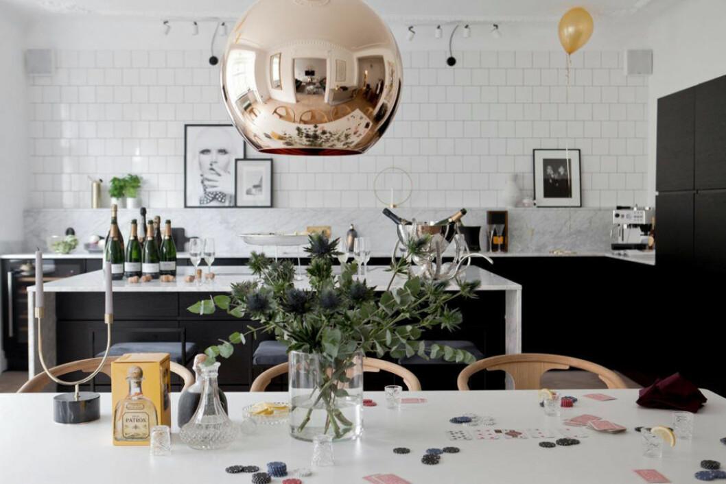 Köksö i marmor och Tom Dixon lampa i koppar