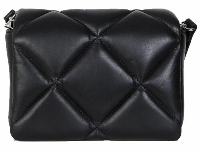 svart väska från stand