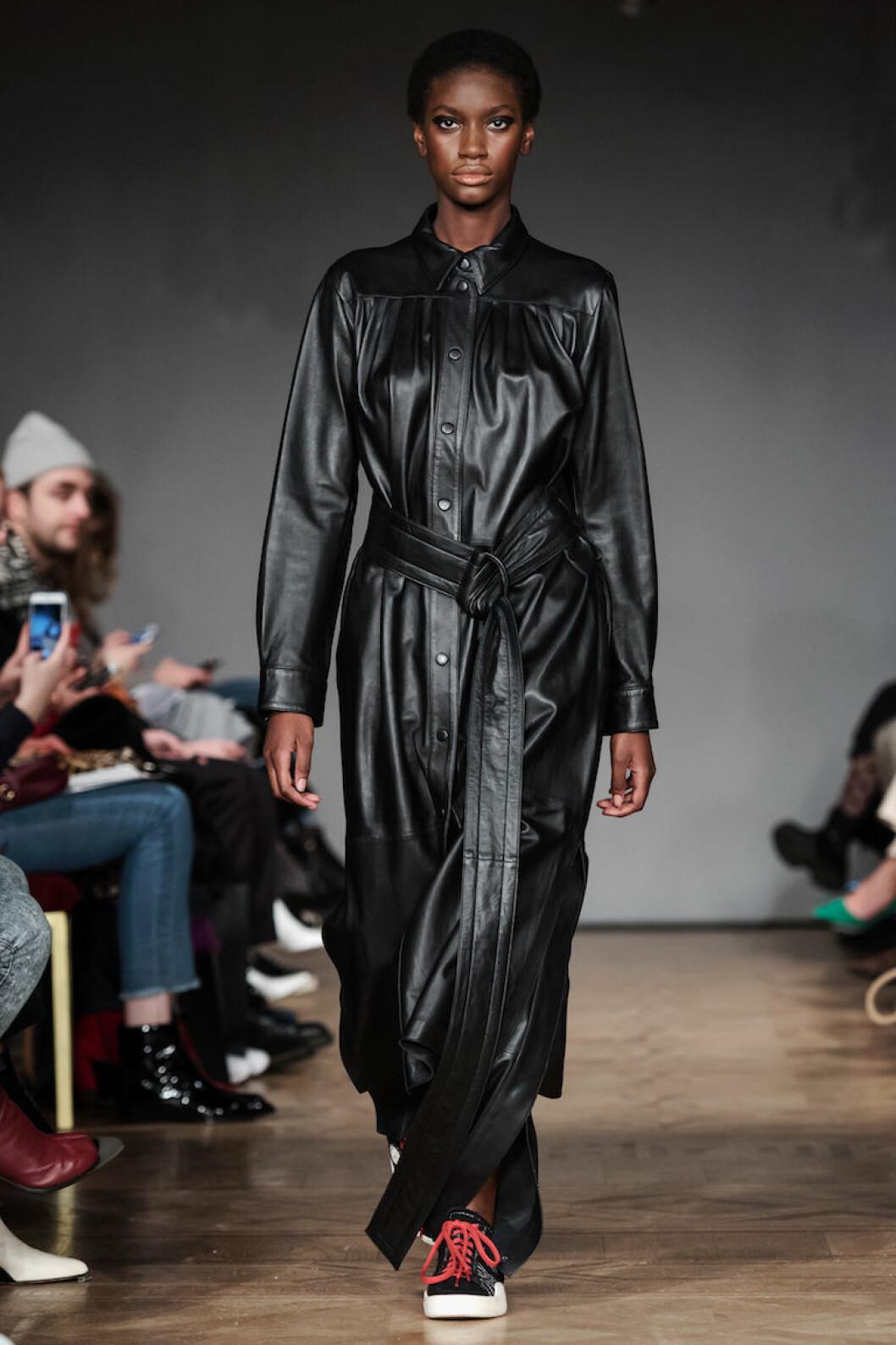 Klänning i svart lack från Stand AW18.