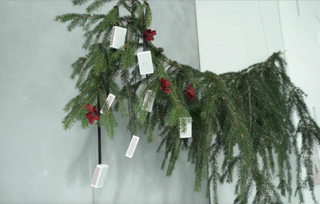 Steg 6 julkalender, häng askarna i granen eller i en gren.