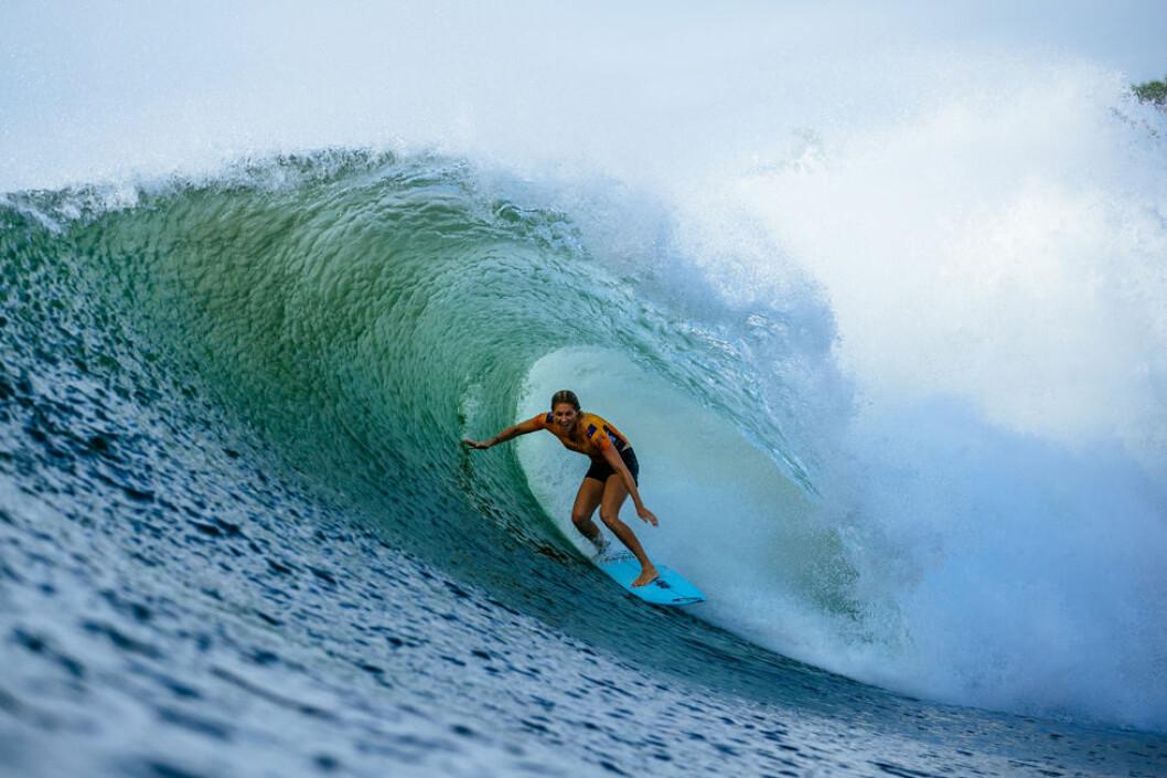 Stephanie Gilmore surfar på Beachwaver Maui Pro tävlingen på Hawaii 2018.