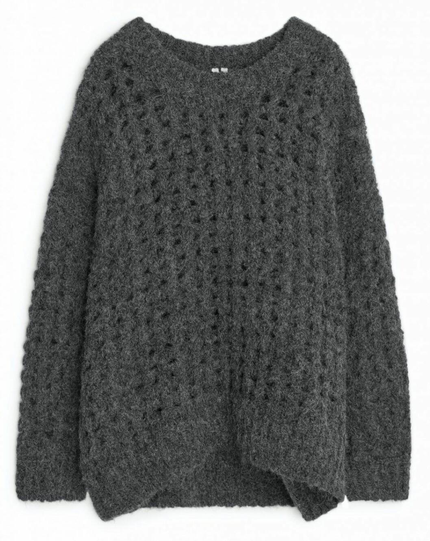Storstickad grå tröja från Arket som går att hitta exklusivt online.
