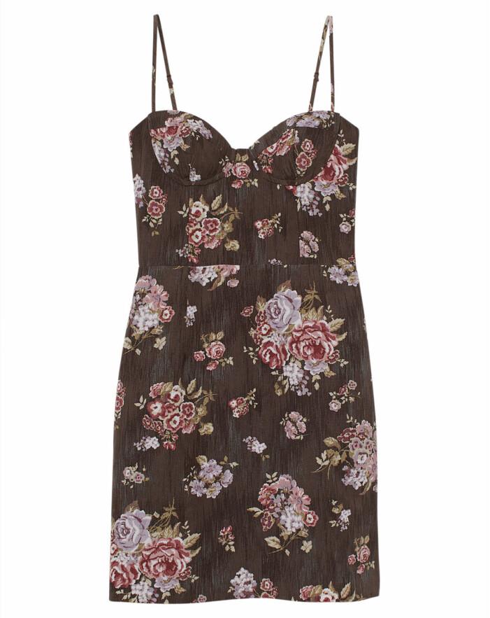 kort figurnära blommig klänning