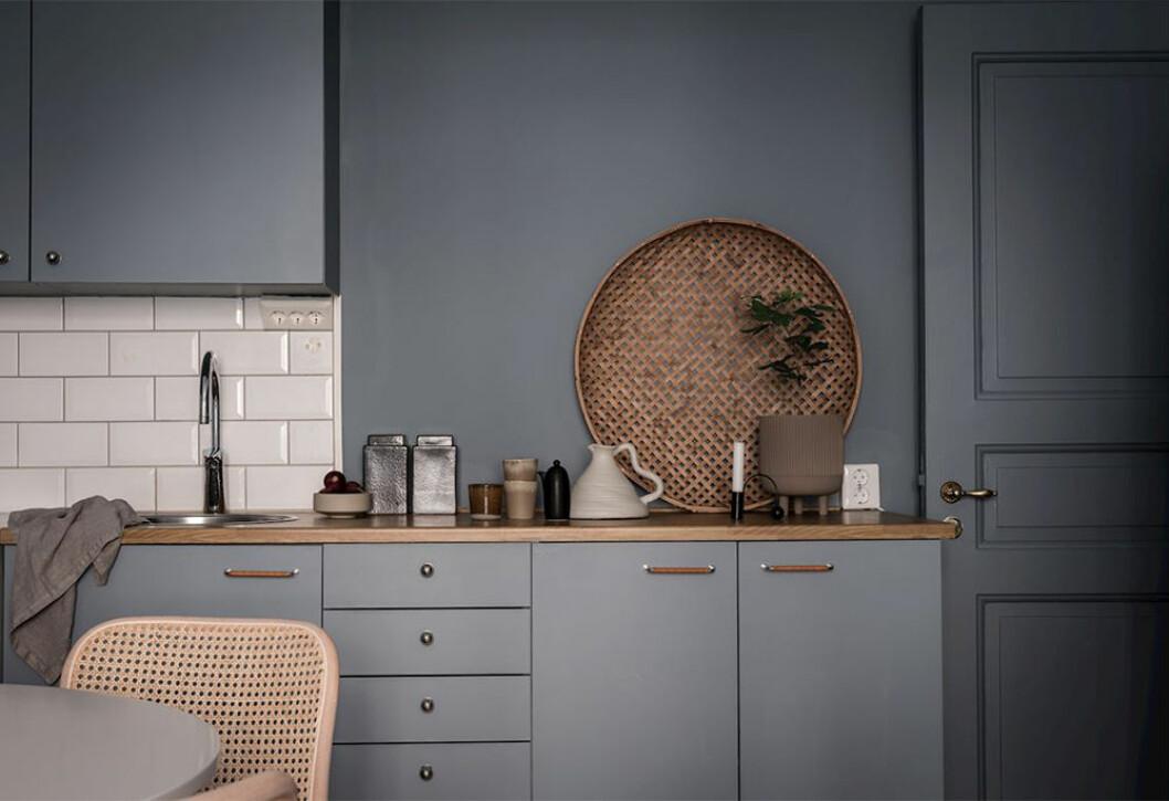 Fint stilleben i beige och brunt i ett blått kök