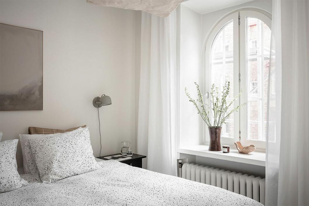 Vackert minimalistisk stilleben på fönsterbräde
