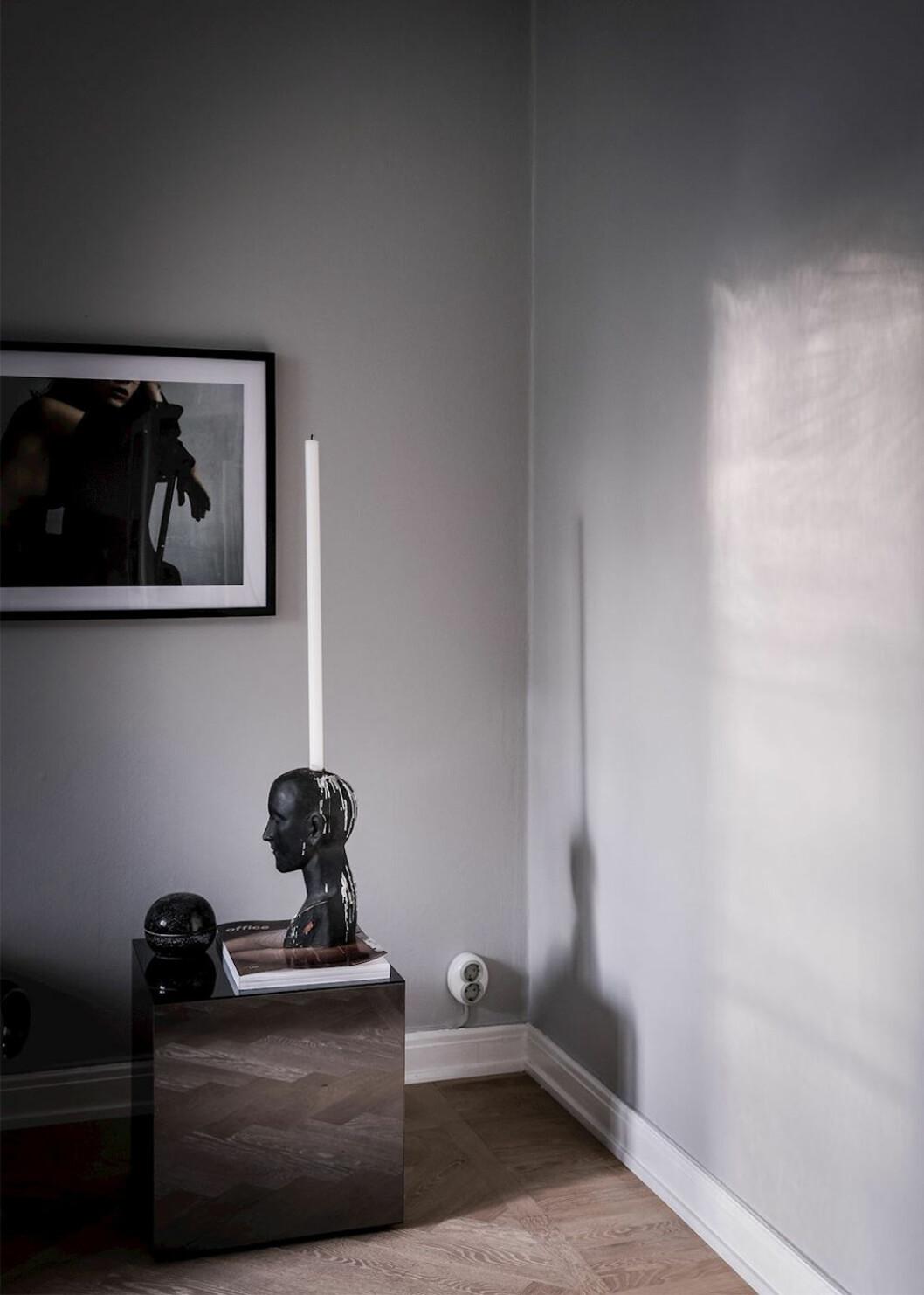 Stilleben i svart på sidobord i vardagsrum