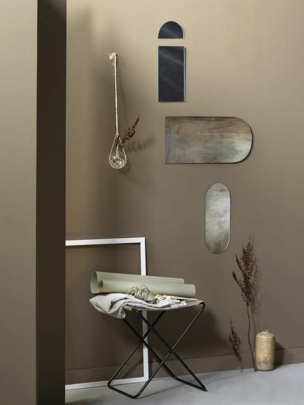 Speglar placerade på vägg