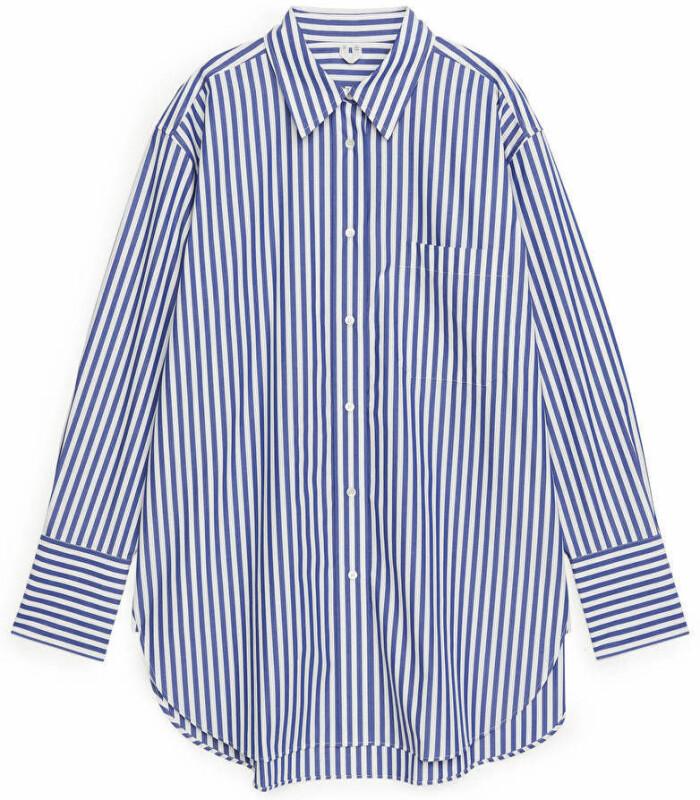 Stilsäker och oversized med klassiska ränder i blått. Denna skjorta från Arket finns att köpa här.