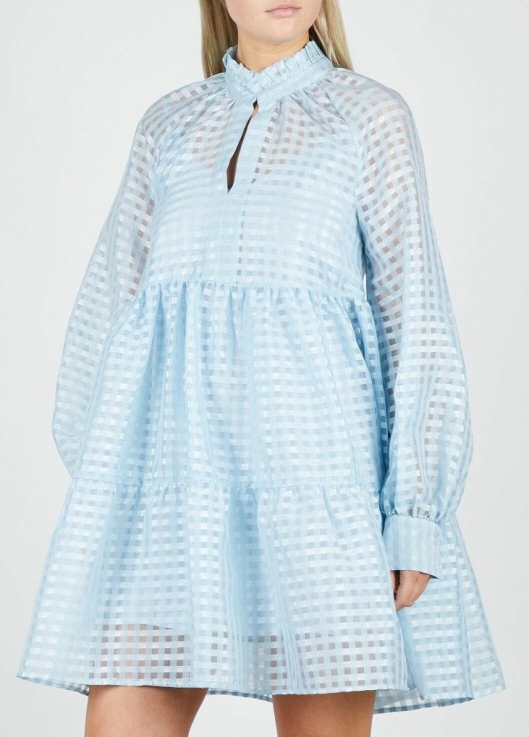 Magiska volanger i ljusblått på klänning från Stine Goya.