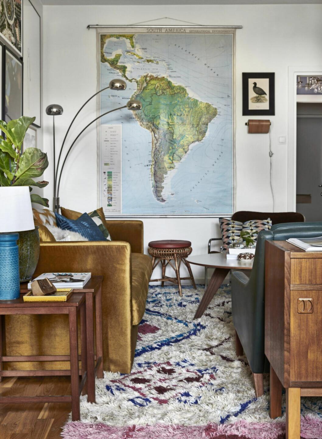 Karta över Sydamerika hängandes vid soffan i vardagsrummet