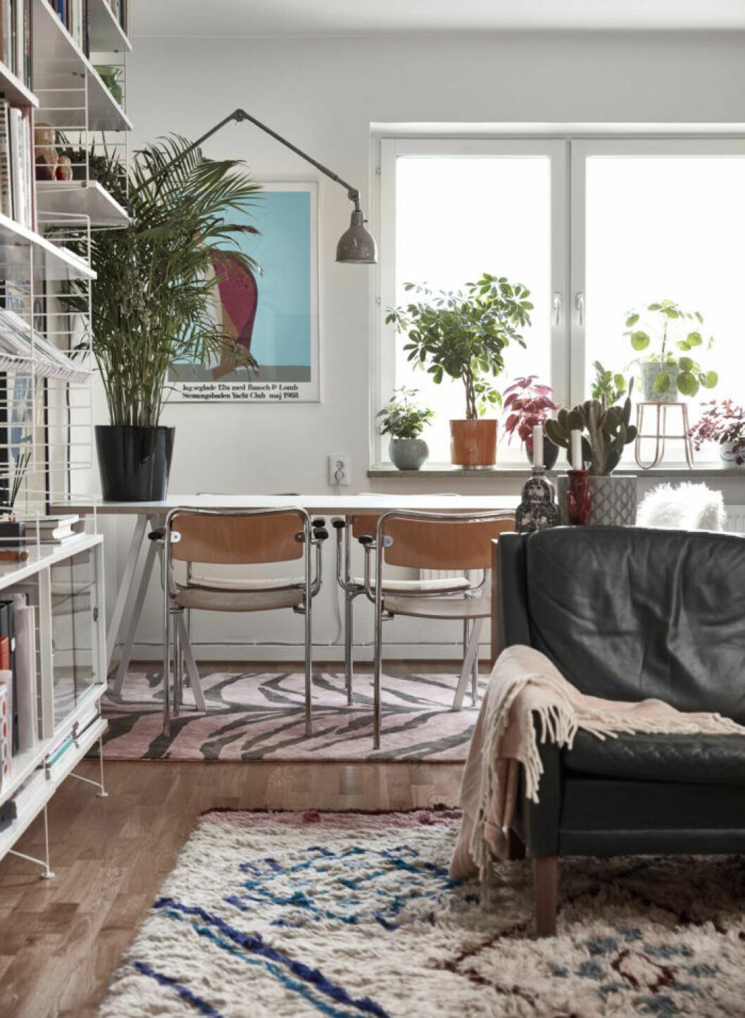 Mönstrade mattor och bord med matchande trästolar i hörnet av vardagsrummet