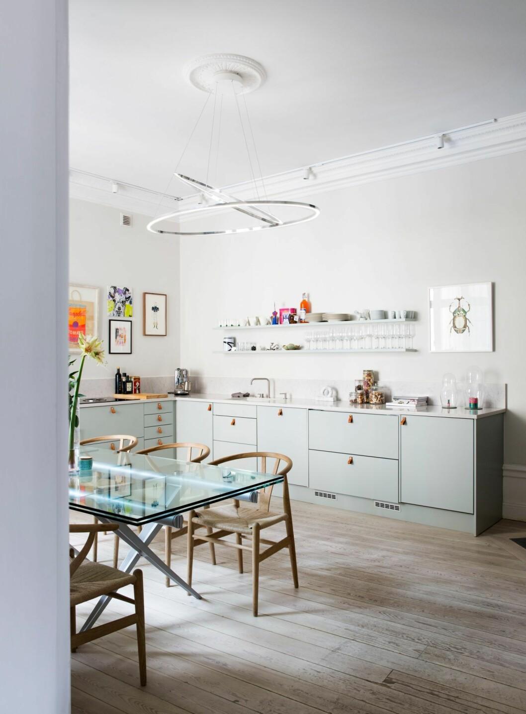 Ljusgrönt kök i lägenheten på Östermalm, Stockholm